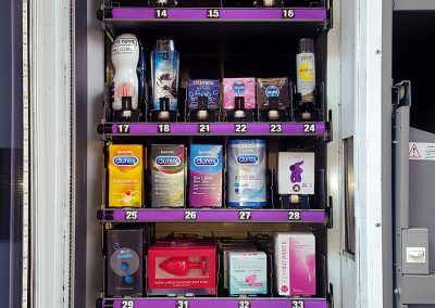 Interior de la máquina expendedora producto erótico
